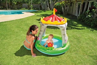 Castillo infantil con piscina hinchable